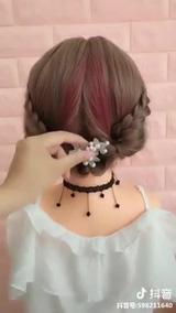 Tóc ngắn cũng có thể tạo nhiều kiểu mẫu xinh xắn nhẹ nhàng nha!!