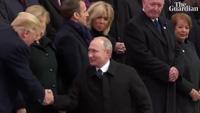 Kiểu chào riêng mà ông Putin dành cho ông Trump khi ở Pairs