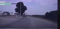 Pha xử lý siêu nhanh sau khi ngã xe máy, thoát chết trong tích tắc