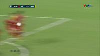 Andik sút phạt đưa bóng đi đúng vị trí của Văn Lâm ở phút 37