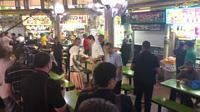 """Thủ tướng Canada """"gây sốt"""" khi xuất hiện ở phố ẩm thực Singapore"""