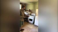Bắt rắn độc nhất nhì thế giới dưới tủ lạnh