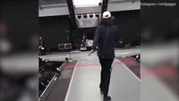 Rocker Mick Jagger khởi động làm quen trên sân khấu trước buổi biểu diễn