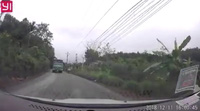 Đi ngược chiều, người phụ nữ đi xe máy ngã nhào trước mũi ô tô