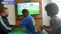 Fan bóng đá khiếm thị - khiếm thính người Brazil khiến cư dân mạng xúc động