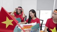 """Dàn hot girl """"nóng bỏng"""" tiếp lửa đội tuyển Việt Nam trước chung kết AFF Cup 2018"""