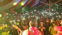 Hội nghệ sĩ Huế hát Đường đến ngày vinh quang với ánh đèn flash của hàng ngàn người bên dưới
