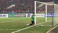Thủ thành Đặng Văn Lâm ôm cột dọc, khóc nức nở sau trận chung kết AFF Cup 2018