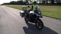 Xem mô-tô của BMW tự lái chạy băng băng trên đường