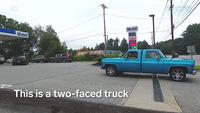 Độc đáo chiếc xe hai đầu lăn bánh trên phố