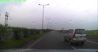 Hú hồn tình huống tài xế ô tô lơ đễnh, gặp xe đạp sang đường bất cẩn