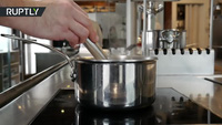 """Đầu bếp Nicola Dinato phục vụ món """"không khí rán"""""""
