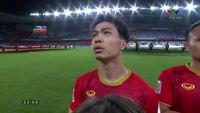 Các cầu thủ Việt Nam làm lễ chào cờ trước trận đấu gặp Yemen