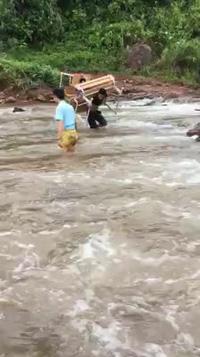 Giáo viên cõng bàn ghế vượt suối đến trường