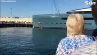 Siêu du thuyền Aviva bên bờ sông Thames với sự trầm trồ của nhiều người. (Nguồn: The Sun)