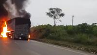 Cháy xe dữ dội ở Nghệ An