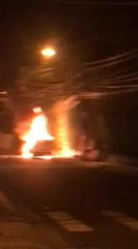 Kinh hoàng ô tô nghi bị đốt cháy lúc rạng sáng ở Nha Trang