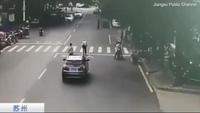 Tài xế dừng xe để cõng cụ ông sang đường