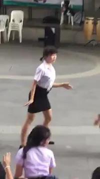 Cô gái với điệu nhảy như bị... điện giật cực kỳ hài hước