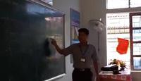 Thầy giáo Nguyễn Văn Yên đang truyền kiến thức cho học sinh.