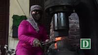 Người phụ nữ Hà Nội hơn 30 năm gắn bó với búa đe, lò lửa