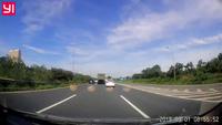 Đang chạy trên cao tốc, tài xế ô tô thót tim vì xe máy đi ngược chiều