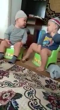 Chết cười cuộc hội thoại của hai cậu bé dù nói chưa sành sõi