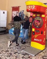Tai nạn bất ngờ khi đứng cạnh cô gái đang chơi trò sức mạnh