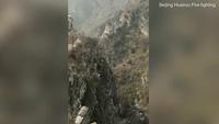 Thót tim trước khoảnh khắc du khách rơi khỏi vách đá thẳng đứng ở Vạn Lý Trường Thành