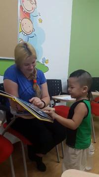 Cậu bé Bảo Chung dễ dàng học tiếng Anh với giáo viên nước ngoài