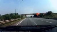 Xe máy gặp nạn vì chạy ngược chiều trên đường cao tốc