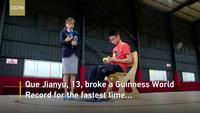 Cậu bé 13 tuổi Que Jianyu xếp cùng lúc 3 khối rubik bằng cả tay và chân