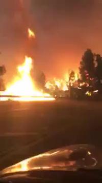 Kinh hãi khoảnh khắc cô gái lái xe băng qua đám cháy rừng bùng lên mạnh mẽ