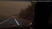 Khung cảnh những chiếc xe bị cháy rụi bởi đám cháy rừng giống như trong những bộ phim kinh dị