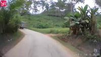 Tránh xe tải ngược chiều, hai thanh niên lao thẳng xe máy vào cột mốc bên đường