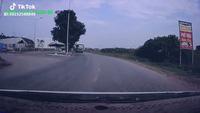 Thanh niên nhanh chân thoát chết trước mũi xe tải