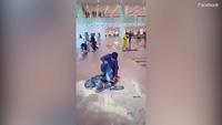 Hành khách tự đốt hành lý của mình ngay giữa sân bay để phản đối chuyến bay bị chậm giờ