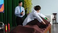 Chuyên gia Hỏa trị liệu đốt lửa trên cơ thể người bệnh