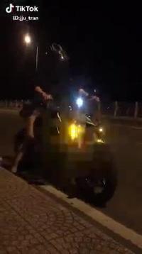 Clip Thủy Tiên chạy xe phân khối lớn