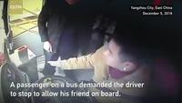 Sốc khoảnh khắc hành khách giành vô lăng khiến xe buýt suýt rơi xuống sông
