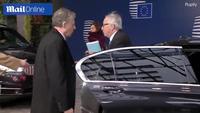 Kỳ lạ hành động hất tung tóc nữ đồng nghiệp của Chủ tịch EU