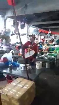 Tiểu thương chợ Hội An với màn cổ vũ vô cùng dễ thương