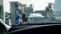 Bi hài cảnh cô gái loay hoay tìm chỗ bơm xăng cho... xe điện Tesla