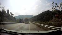 Thót tim khoảnh khắc xe khách vượt ẩu trên đường cao tốc suýt gây tai nạn