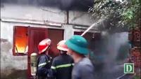 Cháy ngùn ngụt ở kho hàng rộng 2.000m2 gần chợ Vinh