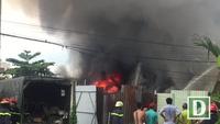Kho xưởng bốc cháy dữ dội, khu dân cư náo loạn