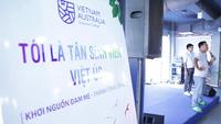 """""""Sốt"""" với màn nhảy cực chất của giảng viên và tân sinh viên trường QLKS Việt Úc"""