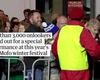 Nghệ sĩ Mike Parr 73 tuổi người Australia với màn biểu diễn kỳ lạ: tự chôn sống mình dưới lòng đường trong 72 tiếng