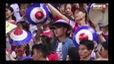 Xuân Trường hóa fan cứng, cầm nón cổ vũ HAGL trong trận gặp Hà Nội FC