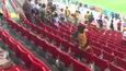 """Nán lại sân dọn rác, cổ động viên Senegal """"ghi điểm"""" trong mắt thế giới"""